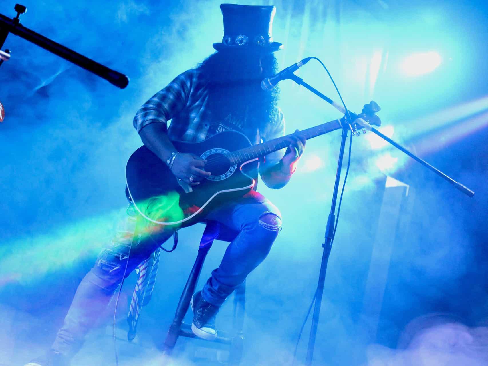 Sevilla se prepara para los conciertos de Guns N' Roses y Extremoduro
